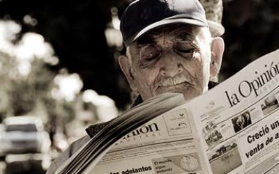 A man reading an Argentine newspaper