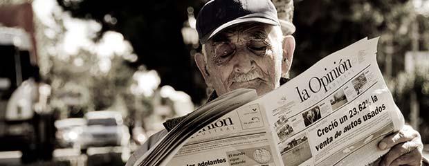 A man reading an Argentine newspaper