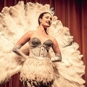 A lady with vintage burlesque feather fans